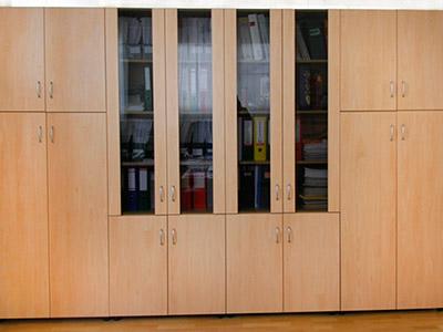 Praktikus kialakítású irodabútorok