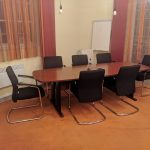 Kényelmes tárgyalószékek tárgyaló asztallal