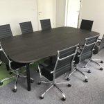 Forgó tárgyalószékek és tárgyaló asztal